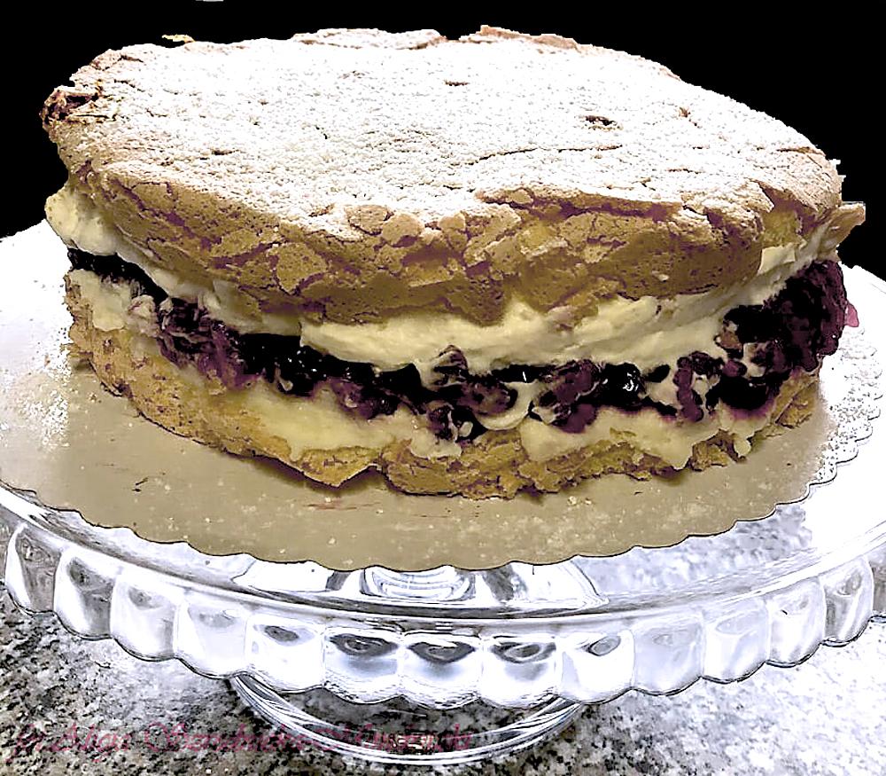 tort z jezynami i bita smietana