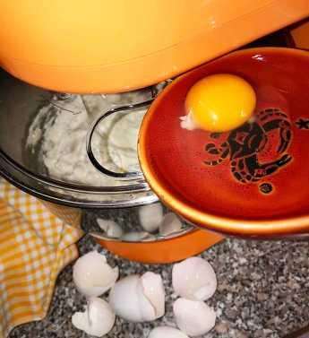 dodajemy do masy po jednym jaju