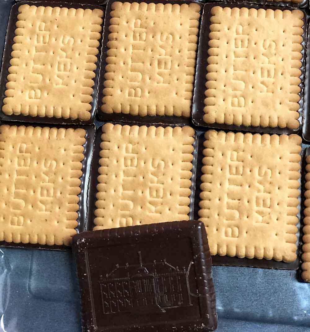 blaszka wyłożona ciastkami  do serniczków w czekoladzie