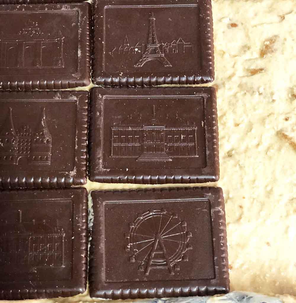 masę serową przykrywamy ciastkami czekolada do góry