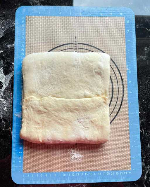 złączone oba brzegi ciasta na maśle