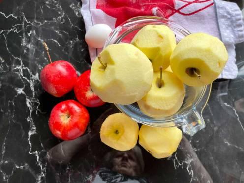 przygotowanie jabłek na szarlotkę bezą