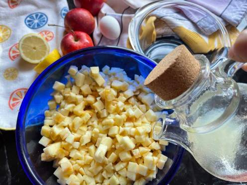 przygotowanie jabłek na szarlotkę z beza
