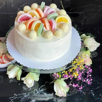 nakładamy białe ganache na Białe ciasto, White cake, dekorujemy i posypujemy wiórkami kokosowymi