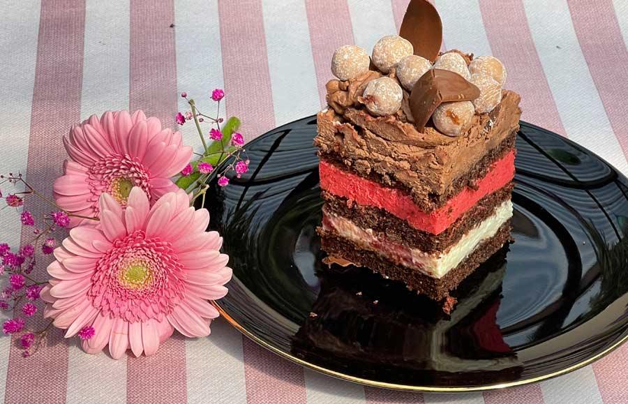 Czerwona Korona - tort truskawkowy kwadratowy