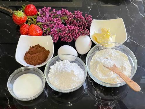 składniki tortu truskawkowego z Mousse i lustrem truskawkowym