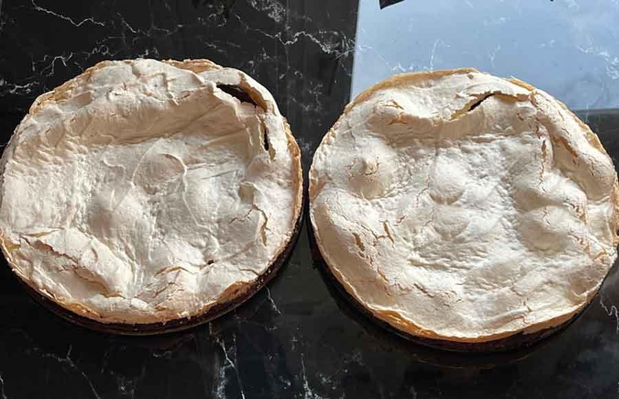 upieczone dwa czekoladowe ciasta ze gruzowaną bezą
