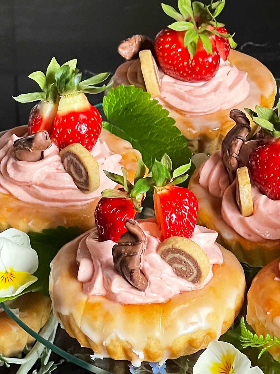 Bułeczki drożdżowe z serkiem truskawkowym