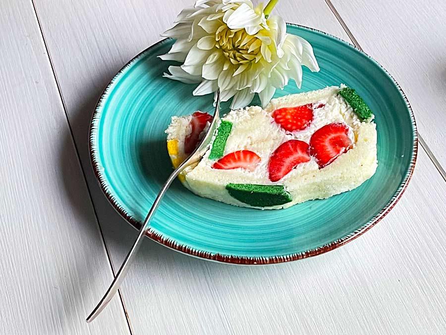 Biała rolada truskawkowa