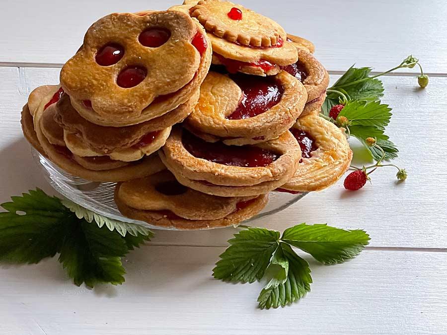 Francuskie ciasteczka z truskawkową marmoladą