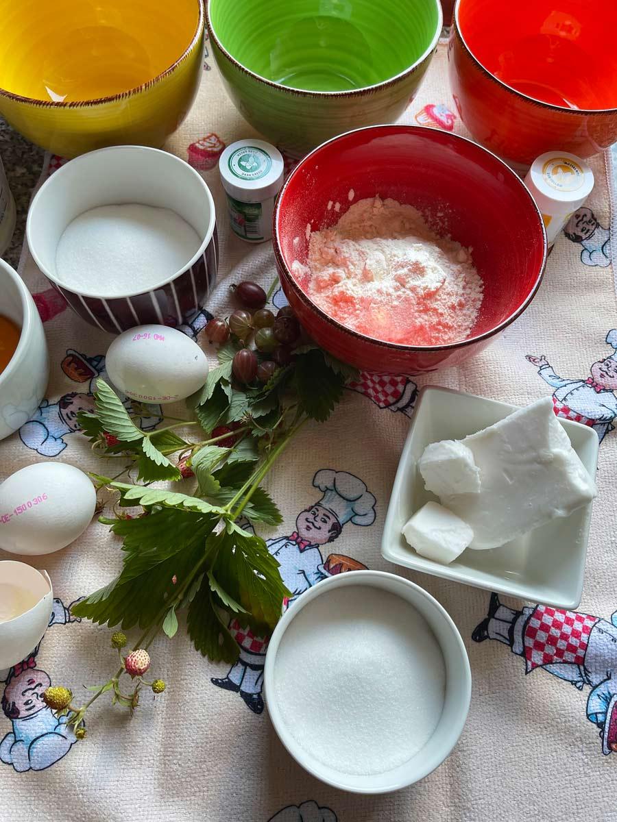 Biała rolada z truskawkami