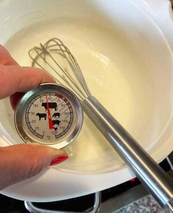 mieszać białka w kąpieli wodnej do temp.58°C