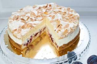 Śliwkowy tort z bezą